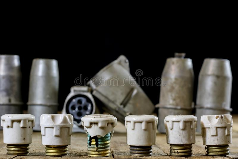 Oude ceramische zekeringshouders Oude elektrotoebehoren Houten lusje stock afbeelding