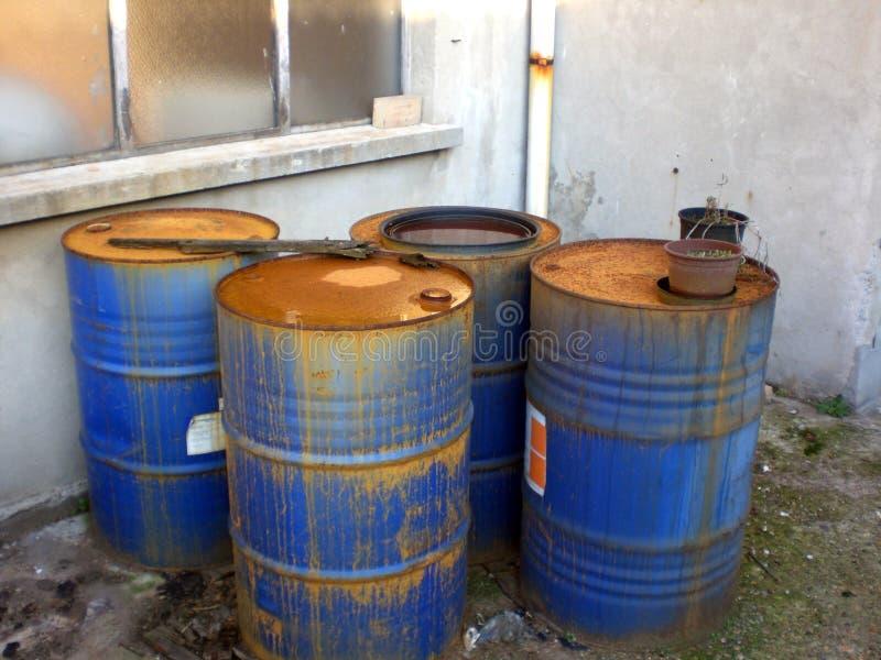Oude chemische trommels met roest stock fotografie