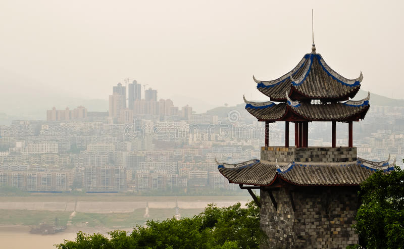Oude Chinese pagode tegen een moderne horizon stock fotografie
