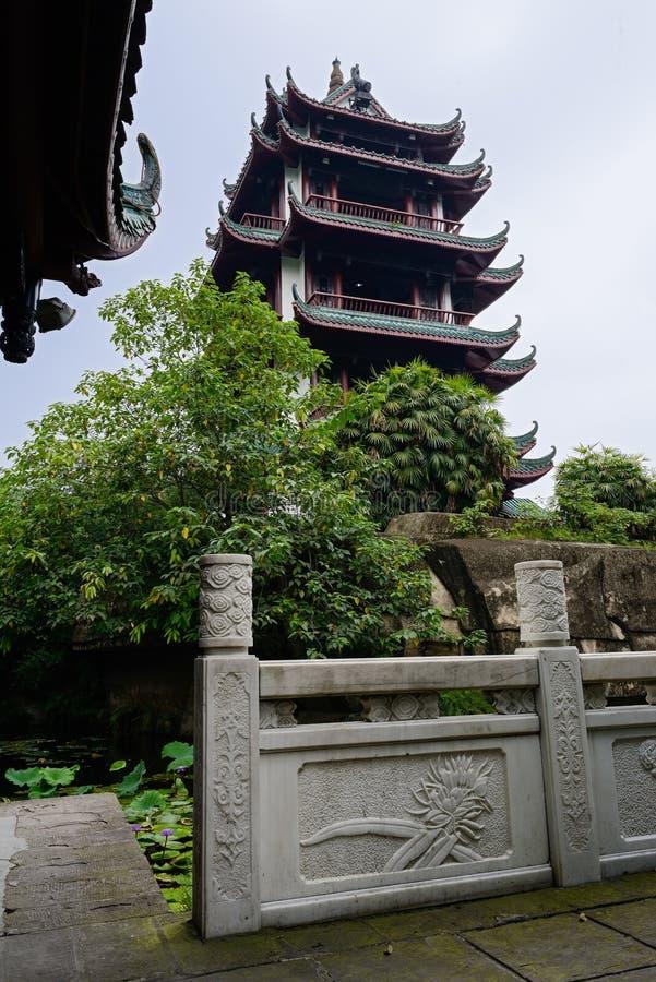 Oude Chinese toren en balustrade door lotusbloemvijver in de zomer royalty-vrije stock foto