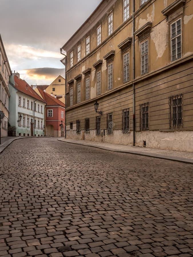 Oude cobble straat in het Kasteeldistrict van Praag stock fotografie