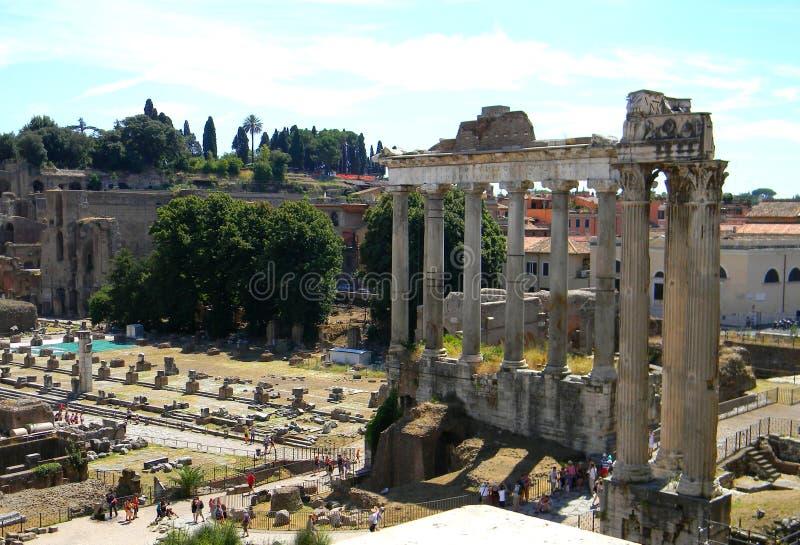 Oude colums bij de palatine heuvel en roman forum stock afbeelding