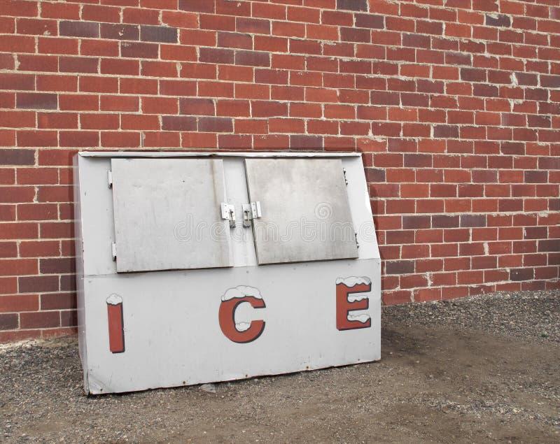 Oude commerciële ijsdiepvriezer. stock fotografie