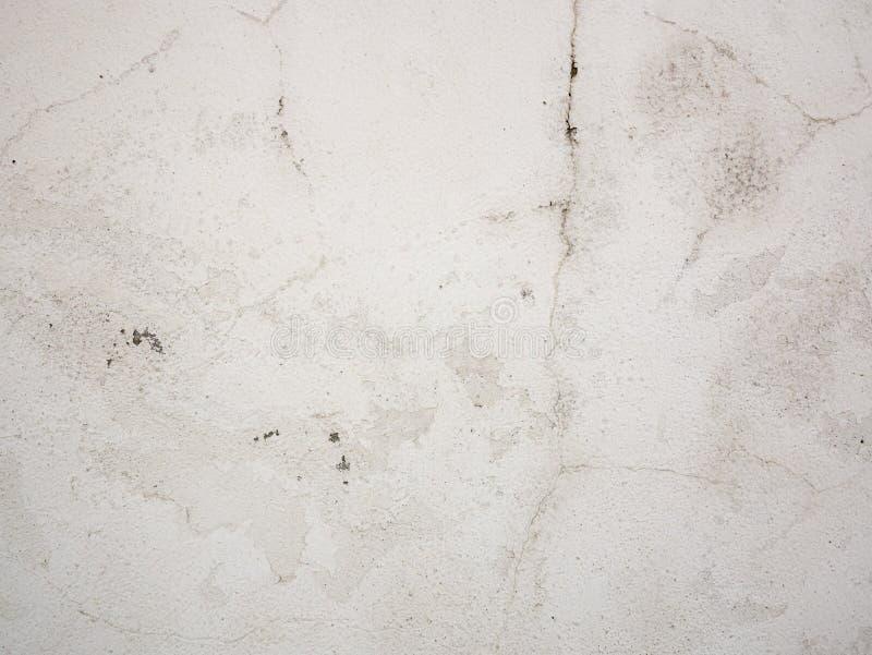Oude concrete muurtextuur met gebarsten, pellende witte verf stock foto
