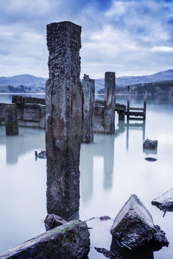 Oude Concrete Pierposten, Gouverneursbaai, Bankenschiereiland, Nieuwe Ze stock afbeeldingen