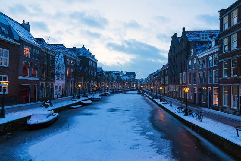 Oude congelé Rijn Leyde photographie stock libre de droits