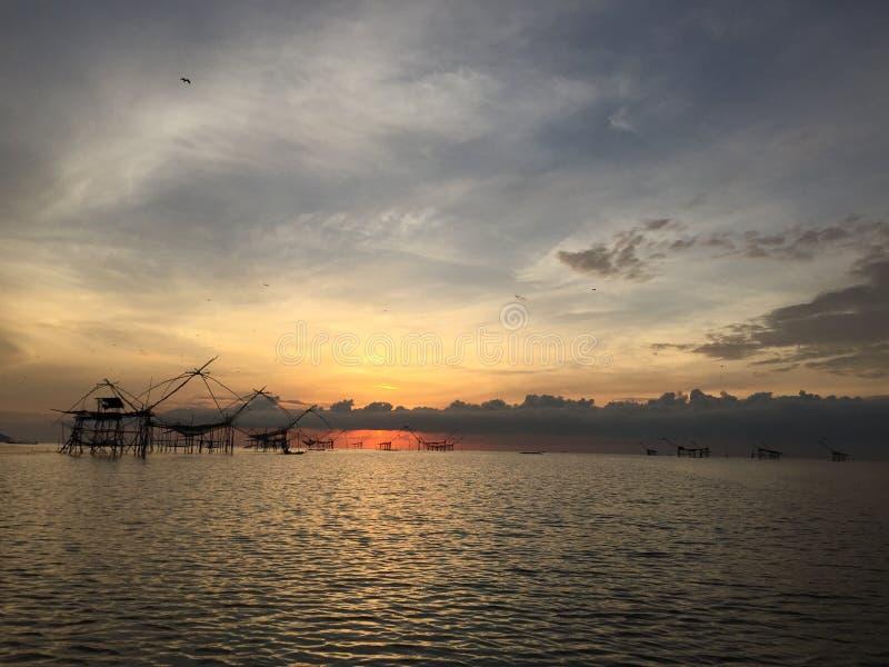 Oude cultuur traditionele visserij bij meer door houten vierkante onderdompeling netto in de zonsopgang van ochtendtijd royalty-vrije stock afbeeldingen