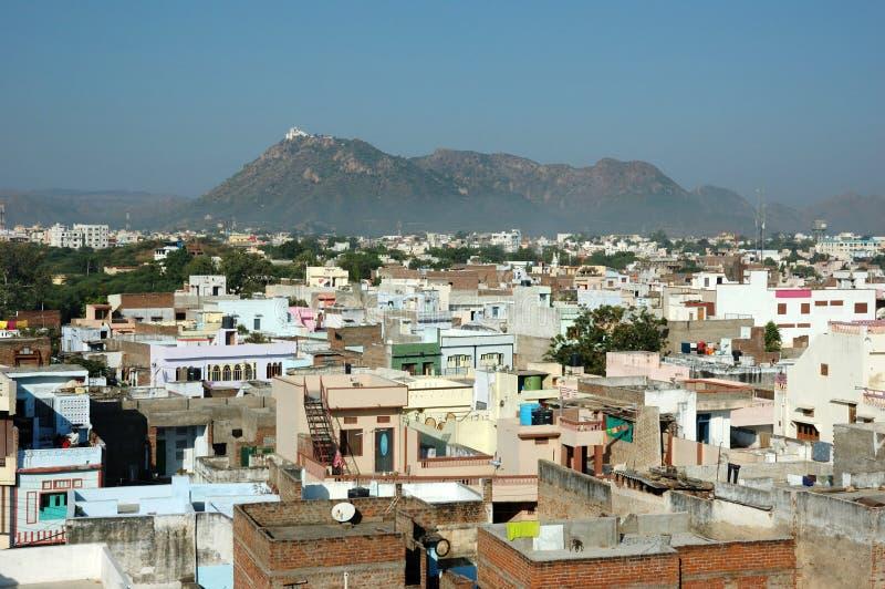 Oude daken van Udaipur met het Paleis van de Moesson, India stock foto