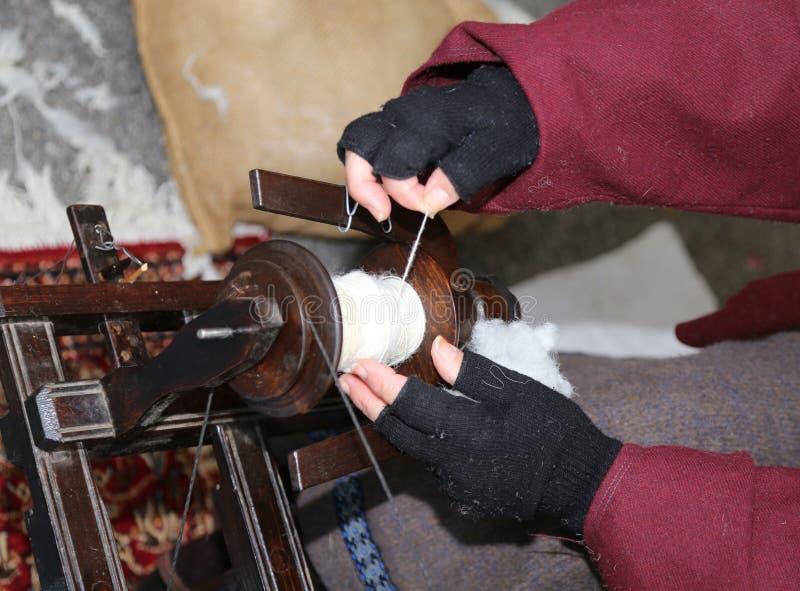 Oude dame die het gebruiken van een oud weefgetouw weeft royalty-vrije stock foto