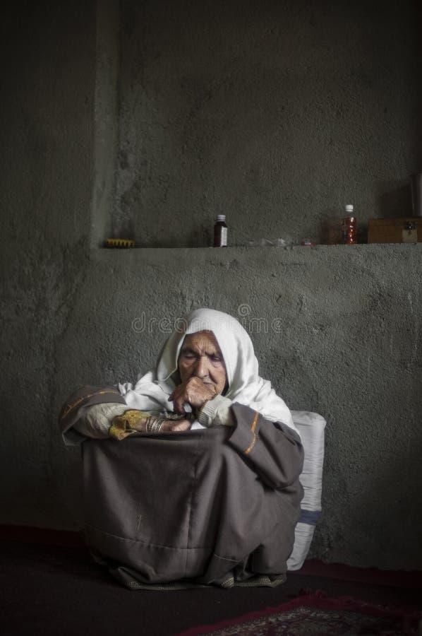 Oude dame van Kupwara-dorp stock foto's