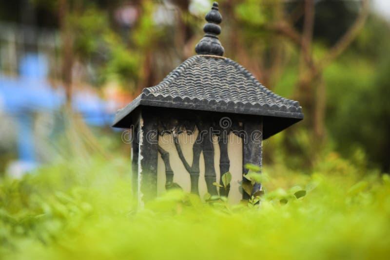 Oude de lamp post mooie groene achtergrond van het kunstontwerp stock afbeeldingen