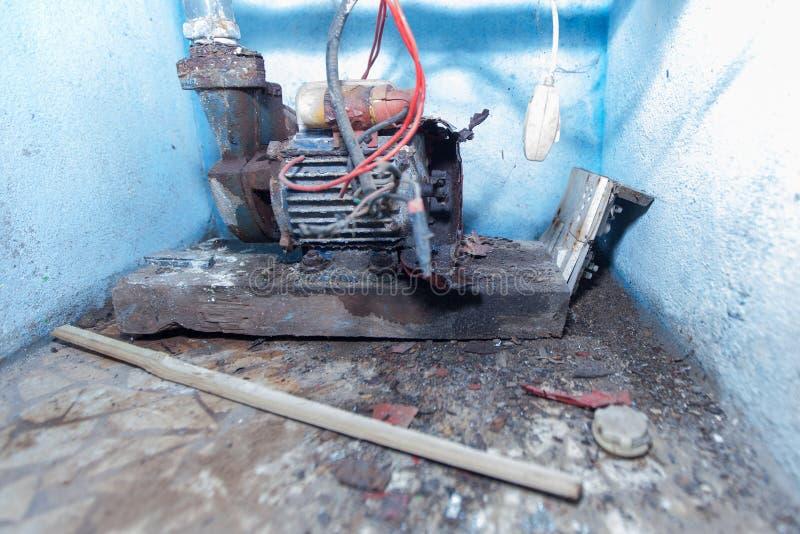 Oude de pompmotor van het metaal roestige elektrische water stock afbeeldingen