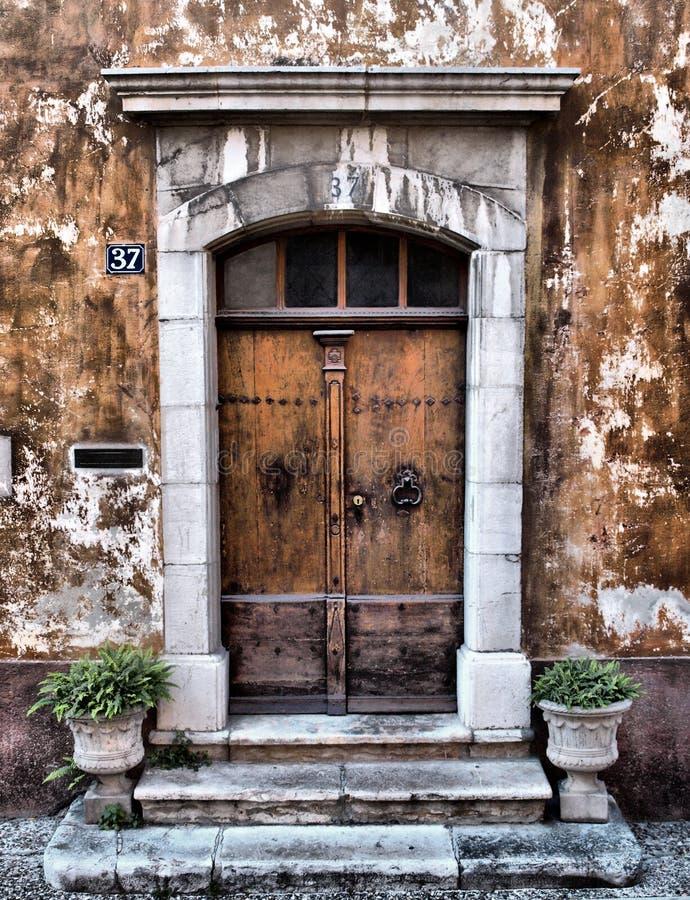 Oude de Provence ingangsdeur stock afbeeldingen
