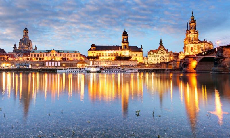 Oude de stadshorizon van Dresden, Duitsland op de Elbe Rivier stock foto