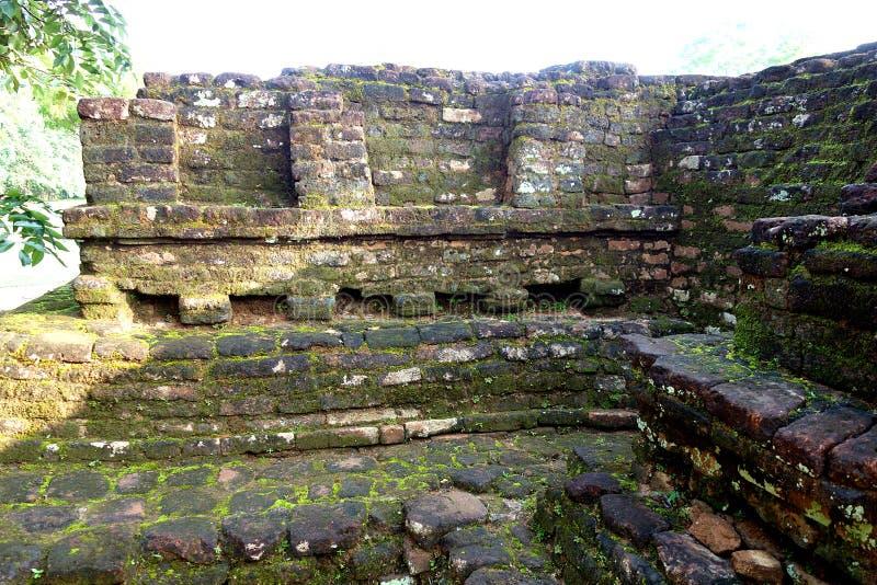 Oude Decoratieve Bakstenen muurruïnes in Sigiriya-Ruïnes royalty-vrije stock afbeelding