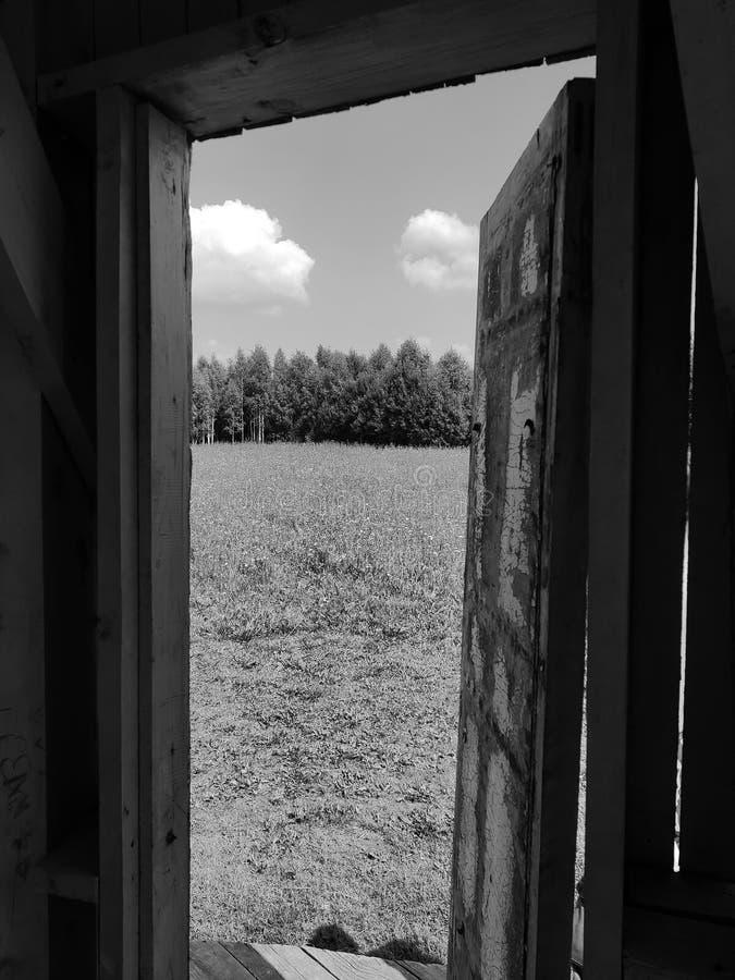 Oude deur aan nieuw royalty-vrije stock foto's