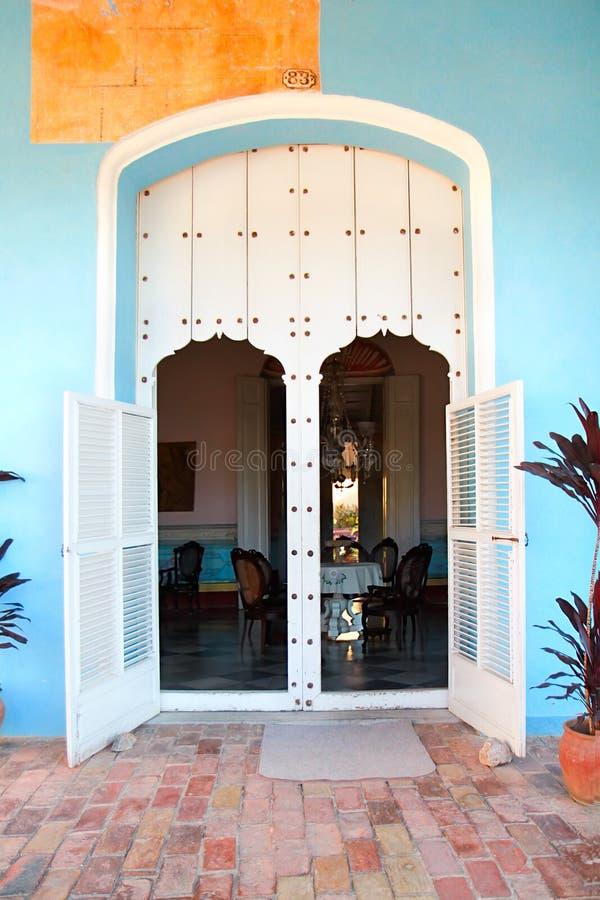 Oude deur bij koloniaal huis royalty-vrije stock afbeelding