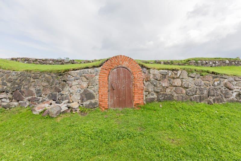 Oude deur in de kasteelmuur royalty-vrije stock foto