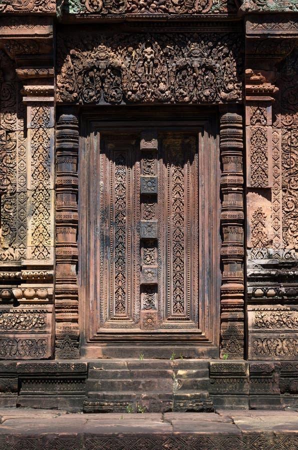 Oude deur in de tempel van Banteay Srei royalty-vrije stock foto