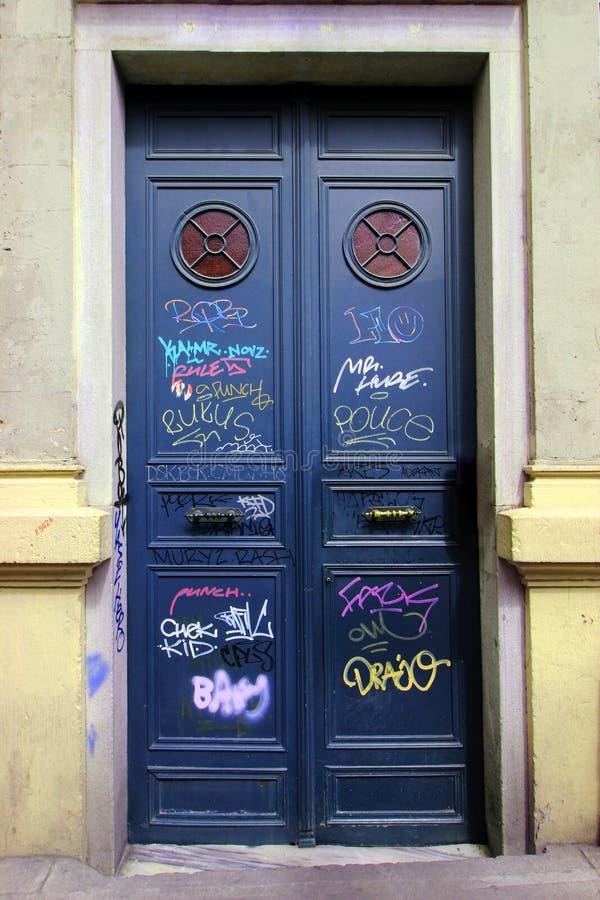 Oude Deur die door Straatkunstenaars wordt ondertekend, Donkerblauwe Oude Huisdeur in Istanboel stock foto