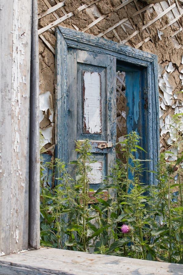 Oude deur in een verlaten rustiek blokhuis stock foto's