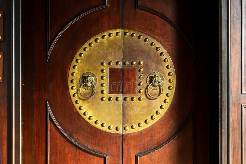 Oude deur en kloppers royalty-vrije stock fotografie