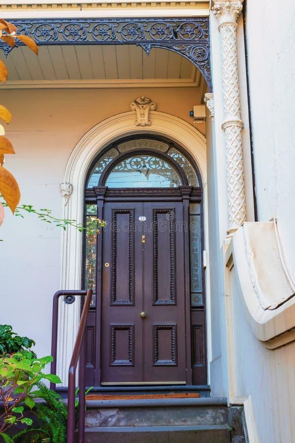 Oude deur en mooie boog en ingang royalty-vrije stock afbeeldingen