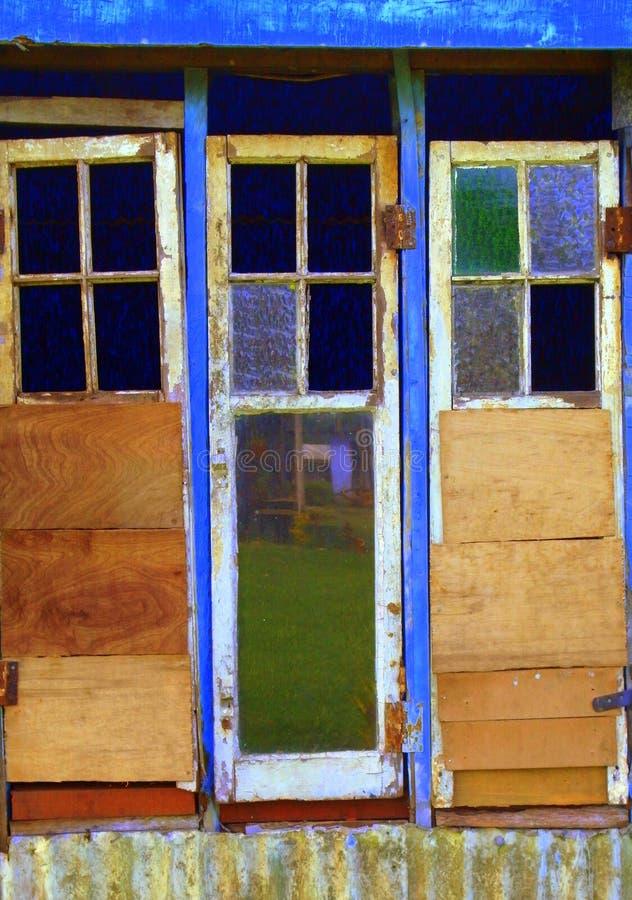 Oude deur en vensters stock afbeeldingen