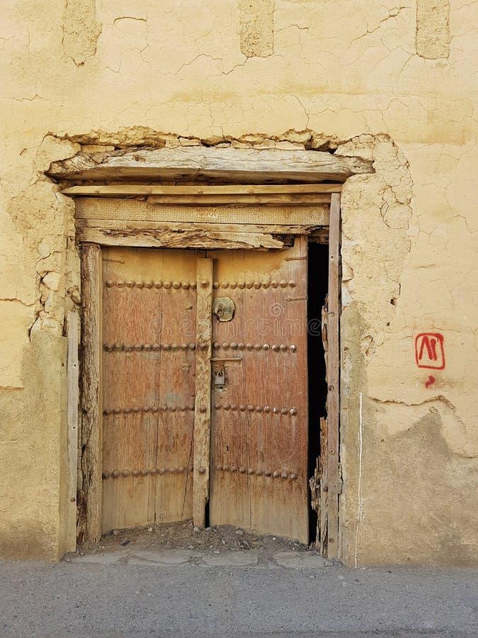Oude deur in het huis stock afbeeldingen