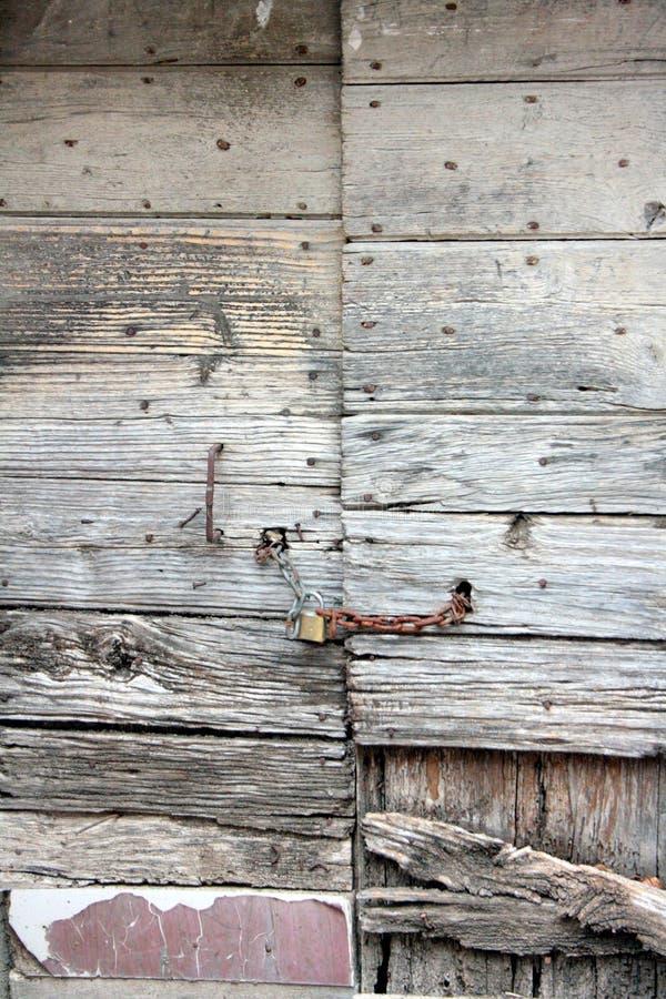 Oude deur, houten textuur, met barsten in de verf en de aders van het hout zelf royalty-vrije stock afbeelding