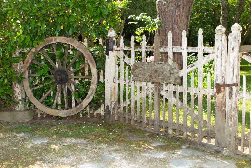 Oude deur in houten tuin openluchtwijnoogst stock afbeeldingen