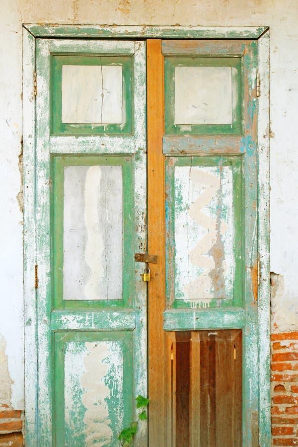 Oude deur met bakstenen muur stock foto's