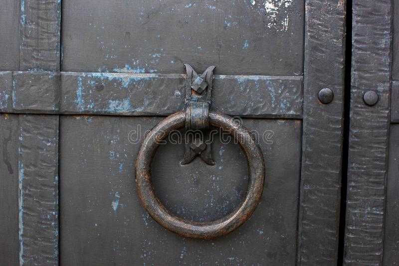 Oude deur met een ring stock foto's