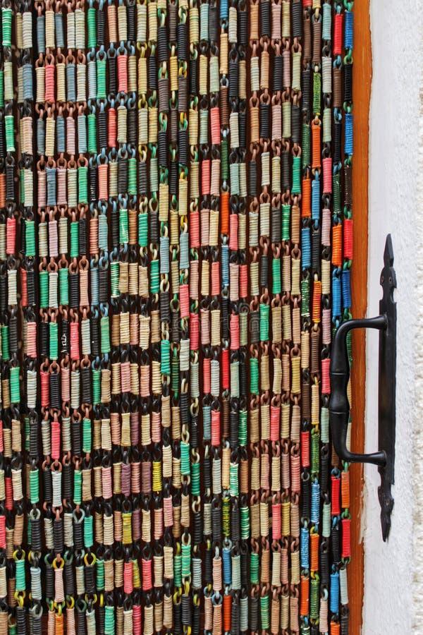 Oude deur met gekleurd gordijn stock afbeelding