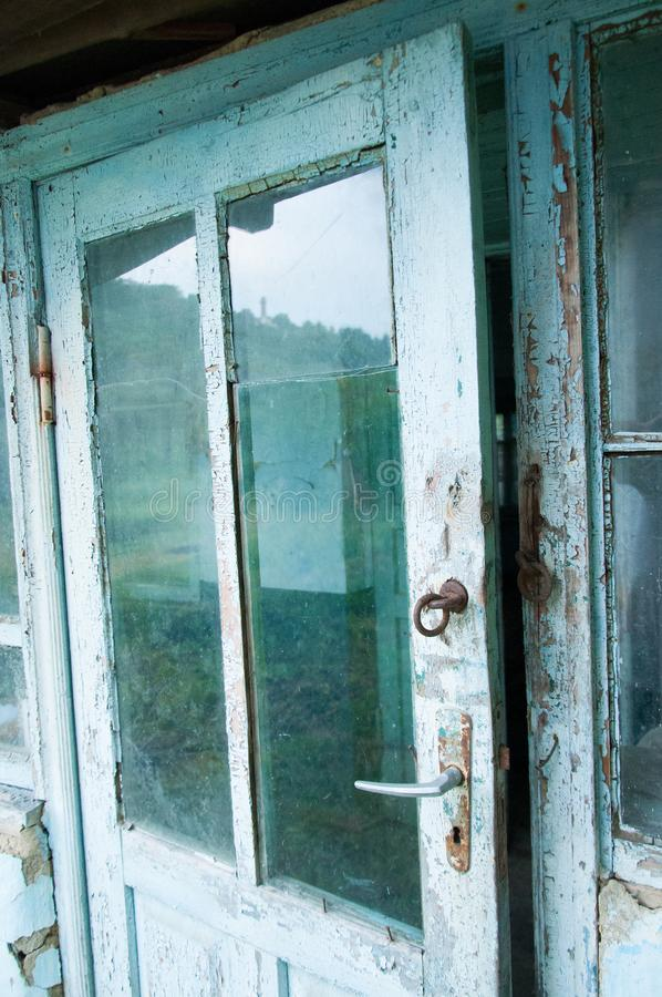 Oude deur met glastussenvoegsels stock afbeeldingen
