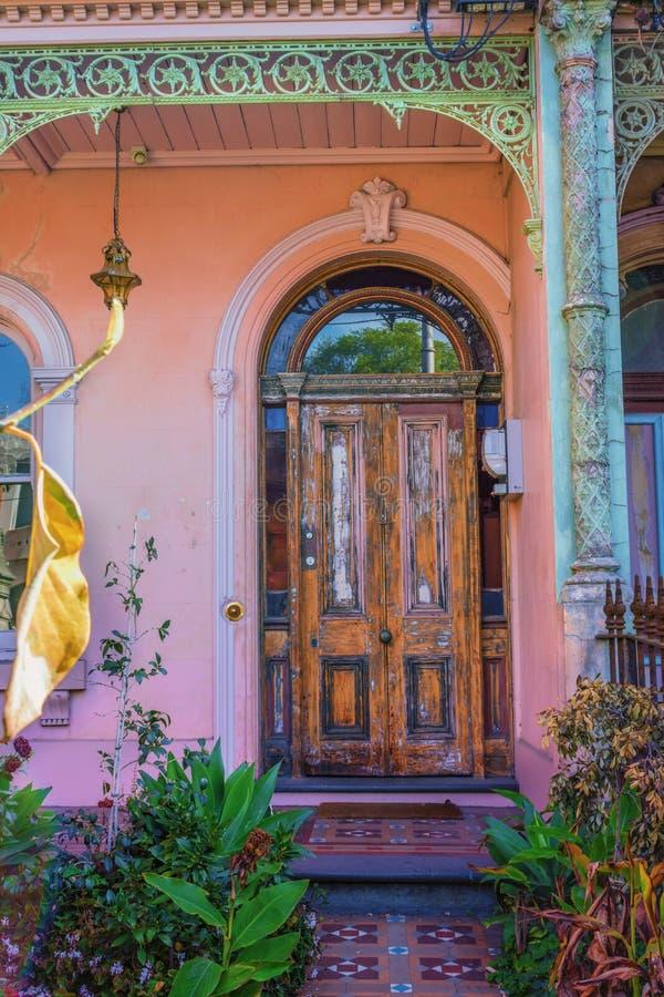 Oude deur met schilverf stock afbeelding