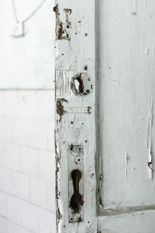 Oude deur met schilverf zonder sloten stock foto