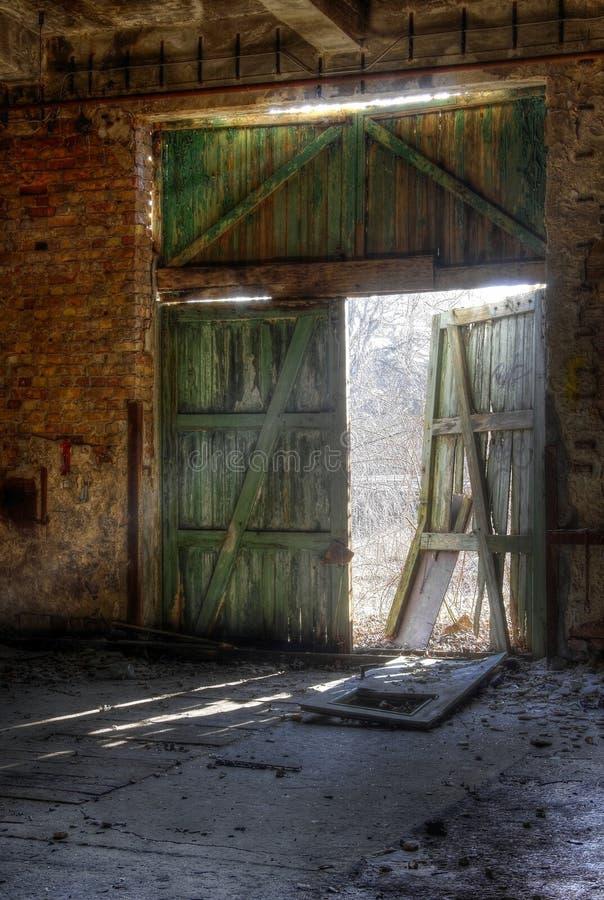 Oude deur met zonlicht stock afbeeldingen