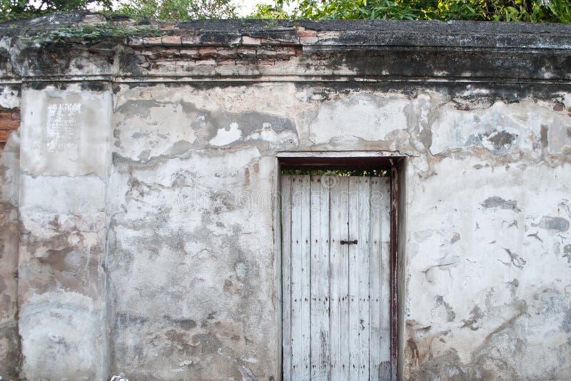 Oude deur op de oude muur stock foto's