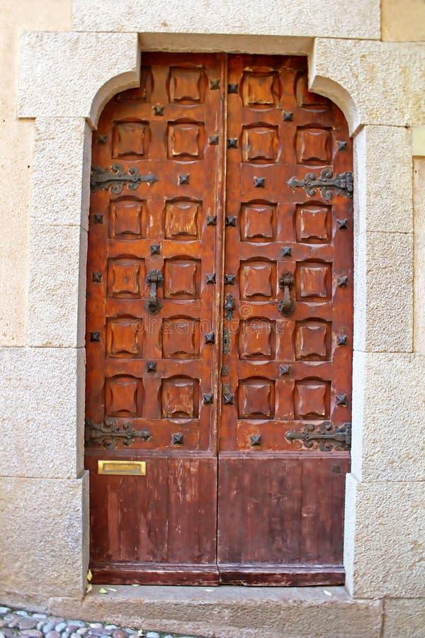 Oude deur in oud kasteel in Tossa de Mar stock afbeelding