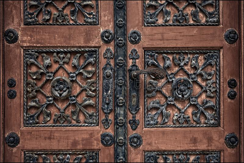 Oude deur in Zagreb bij de begraafplaats stock fotografie