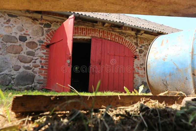 Oude deuren van wijnkelder stock foto's