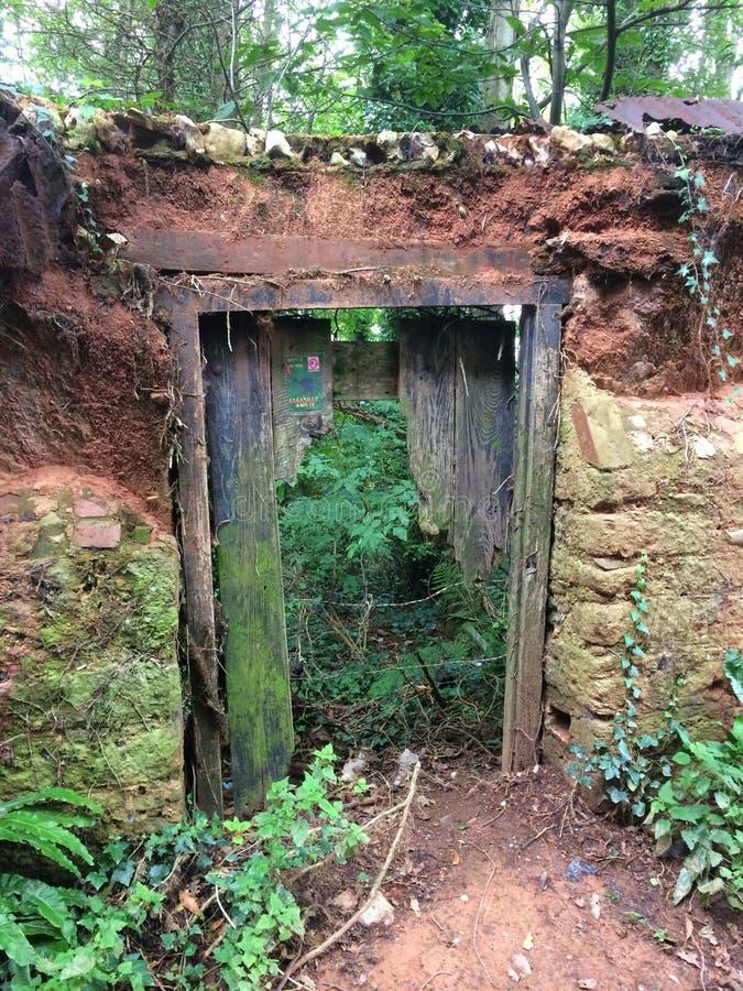 Oude deuropening om te tuinieren royalty-vrije stock afbeeldingen