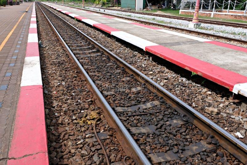 Oude dichte omhooggaand van het spoorwegspoor stock foto's