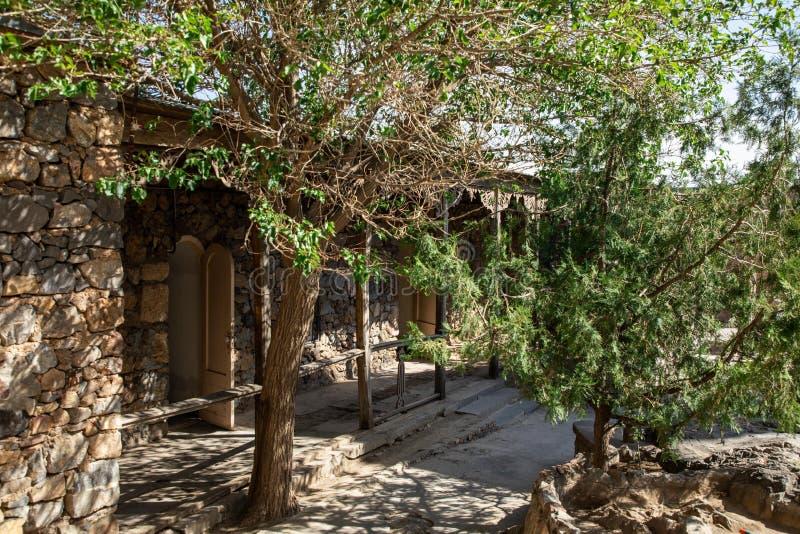 Oude die architectuur op een groene heuvel in een bos wordt voortgebouwd stock afbeeldingen
