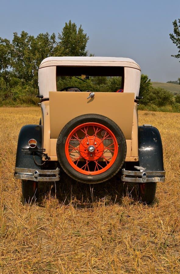 Oude die auto op een geoogst tarwegebied wordt geparkeerd royalty-vrije stock afbeelding