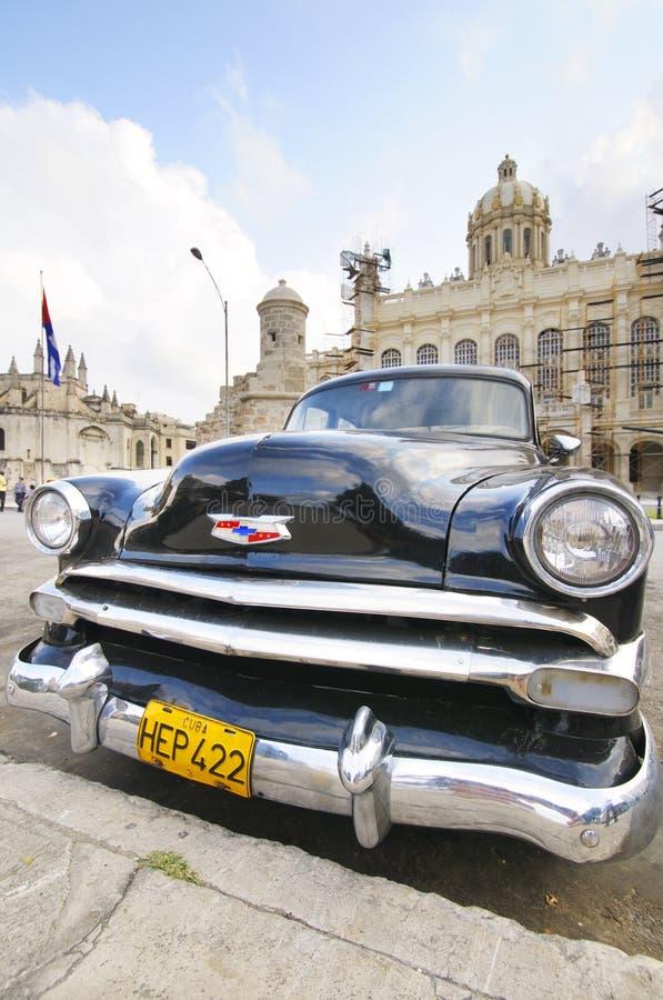 Oude die auto voor het Revolutiemuseum wordt geparkeerd in Havana, Cuba royalty-vrije stock fotografie