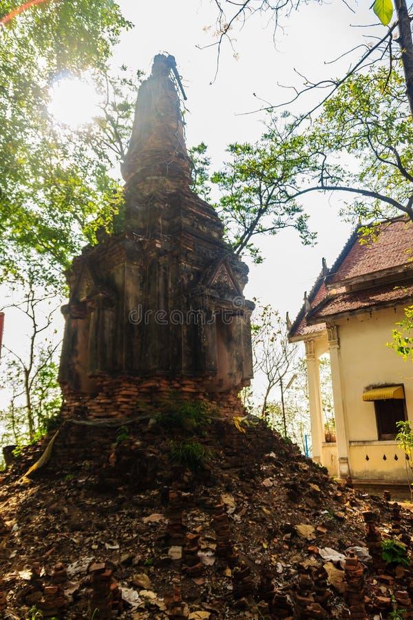 Oude die ayutthaya-Stijl pagode van bakstenen op de heuveltop bij Wat Khao Rup Chang of Tempel van de Olifantsheuvel wordt gebouw stock foto's