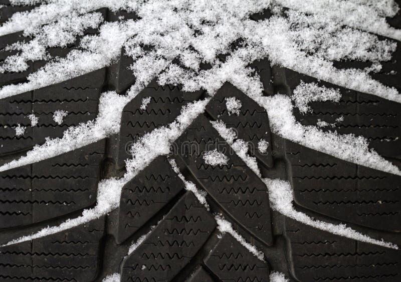 Oude die band in sneeuw wordt behandeld royalty-vrije stock afbeeldingen