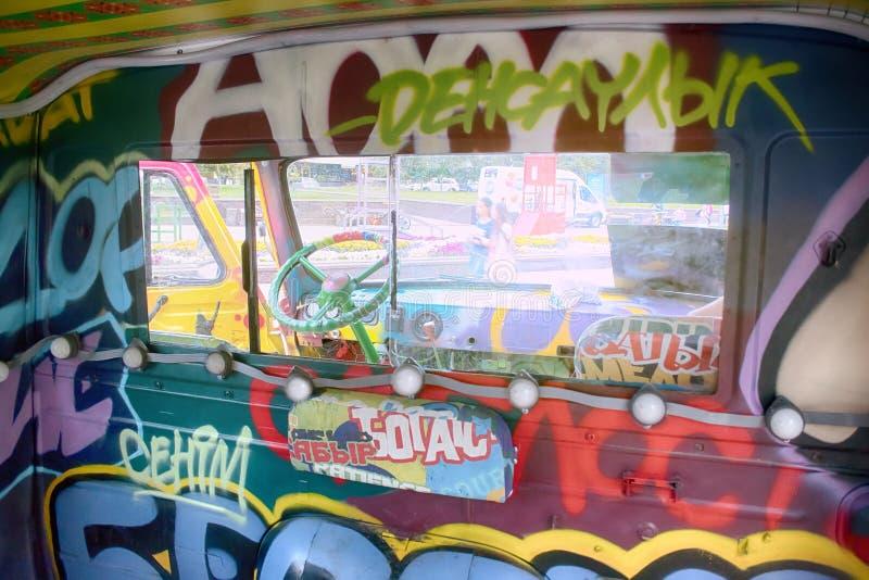 Oude die bestelwagen met graffiti en lichten wordt verfraaid stock afbeeldingen